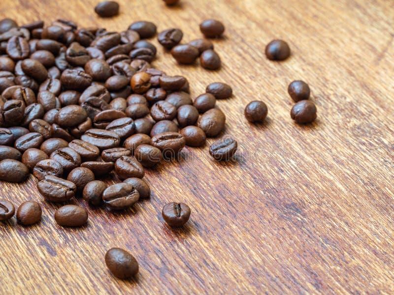 Extreme Nahaufnahme von Röstkaffeebohnen auf hölzernem Hintergrund stockfotografie