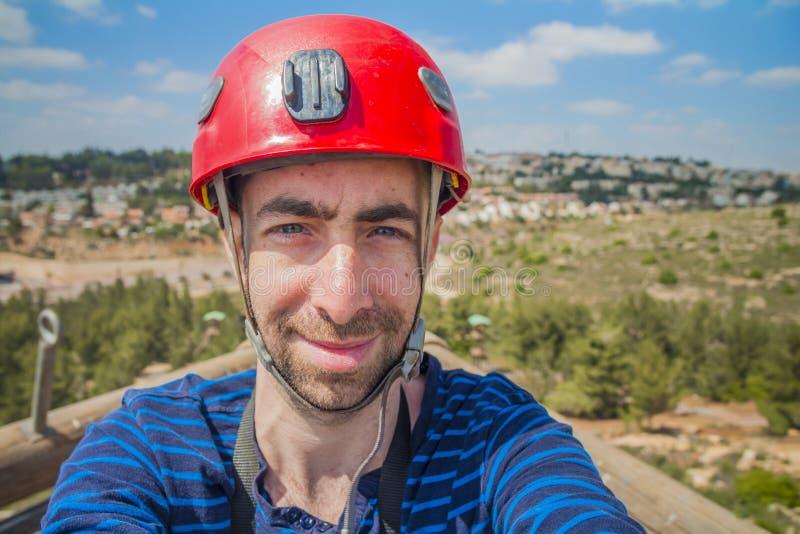Extreme professionele klimmer die selfie foto op de bovenkant van c nemen stock fotografie