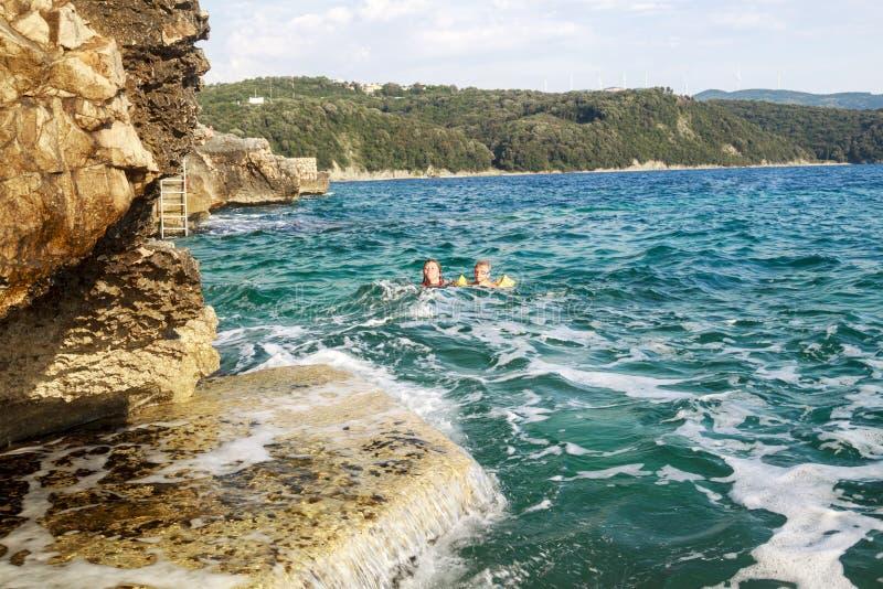 extreme Schwimmen Abenteuer extremen Badennes der Mutter und des Sohns stockbilder