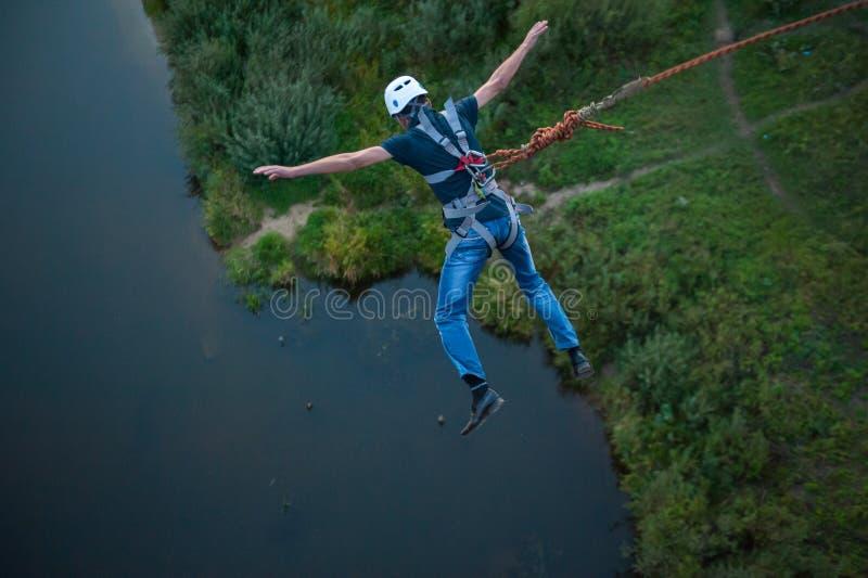 Extreme sprong van de brug De mensensprongen verrassend in bungee die bij Hemelpark springt onderzoekt snel extreme pret Bungee i stock fotografie