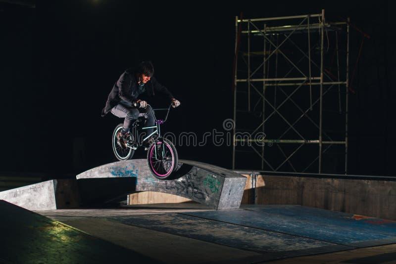 Extremer Bmx-Trick im skatepark stockfoto