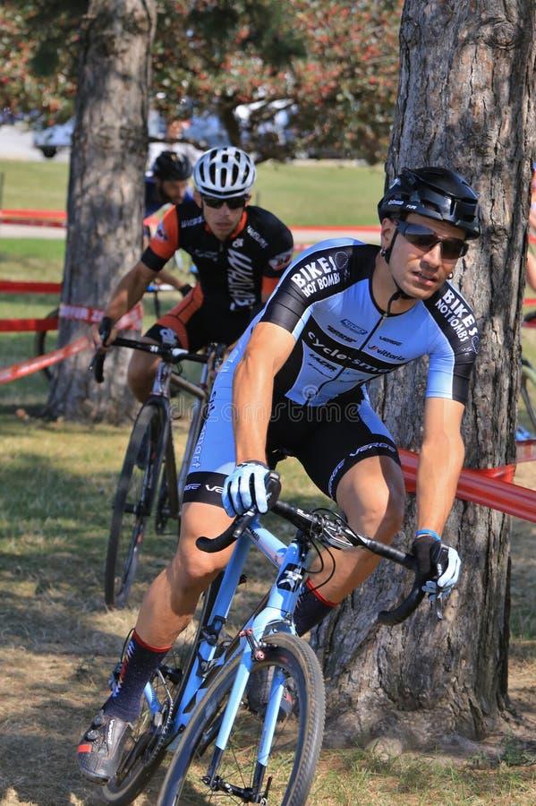 Extremer Radfahren-Rennläufer macht abschließt Thhindernisrennen lizenzfreie stockbilder