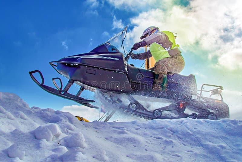 Extremer Sport für Lebensstildesign Schneemobil fahrung Sport des Winters extremes Laufen Sporthintergrund zu irgendwelchen Zweck stockbild