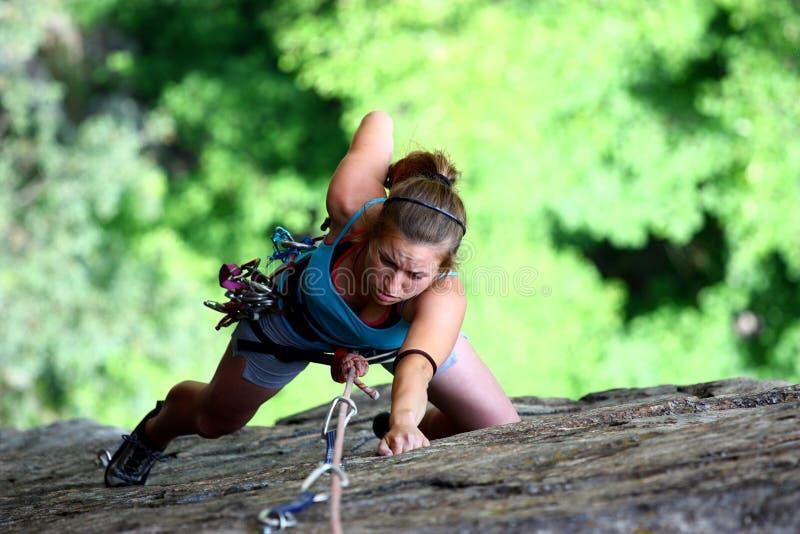 Extremer weiblicher Bergsteiger stockfoto