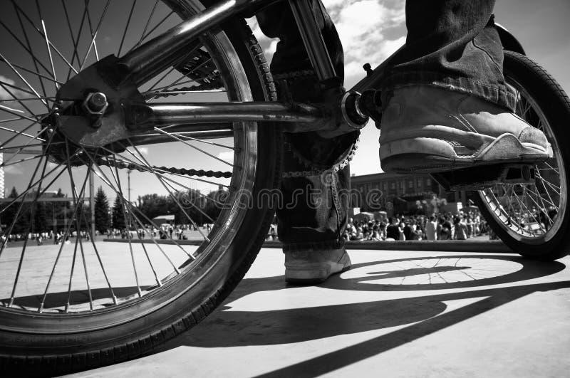 Extremes bmx (Fokuspunkt auf den Schuhen) stockfotos