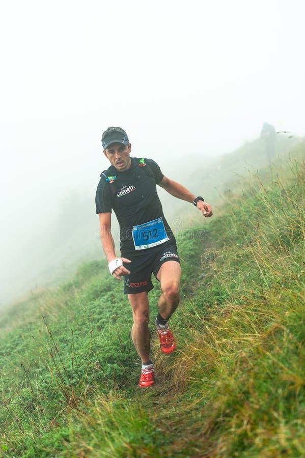 Extremes Gebirgsrennwettbewerb skymarathon Athlet abwärts lizenzfreies stockfoto