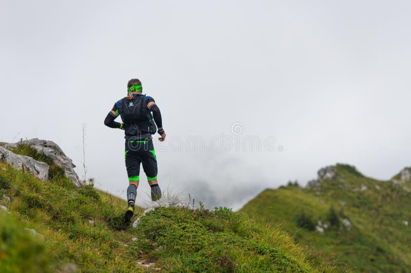 Extremes Gebirgsrennwettbewerb skymarathon Athlet auf flachem t lizenzfreies stockfoto