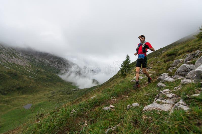 Extremes Gebirgsrennwettbewerb skymarathon Athlet während des te stockbild