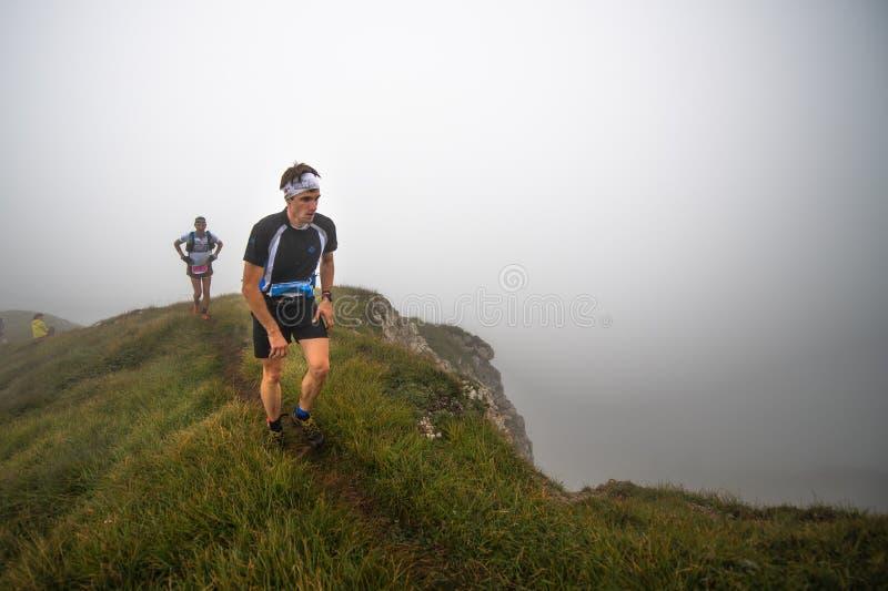 Extremes Gebirgsrennwettbewerb skymarathon Baut. mit zwei Athleten lizenzfreie stockfotografie
