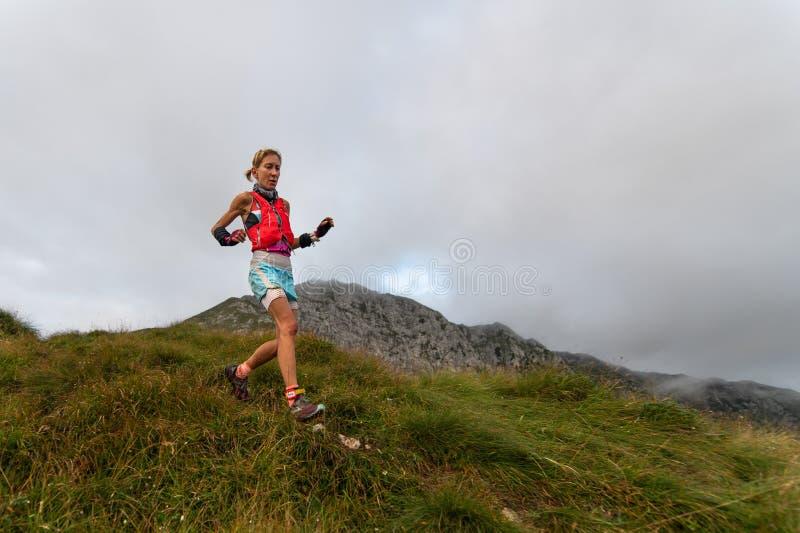 Extremes Gebirgsrennwettbewerb skymarathon dünne Frau in DIS lizenzfreies stockfoto