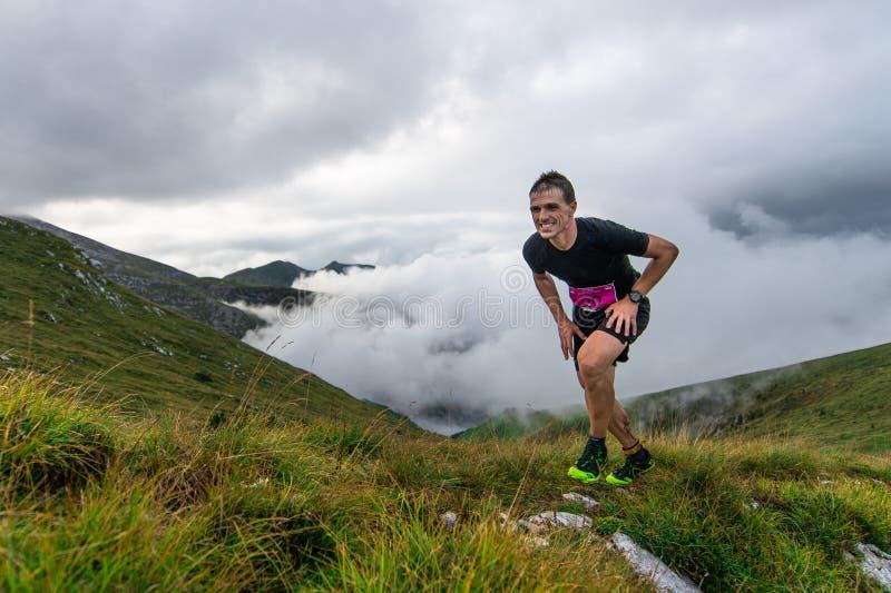 Extremes Gebirgsrennwettbewerb skymarathon Die Bemühung von stockfotografie