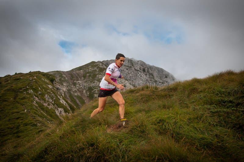 Extremes Gebirgsrennwettbewerb skymarathon Frau mit muscul lizenzfreie stockbilder