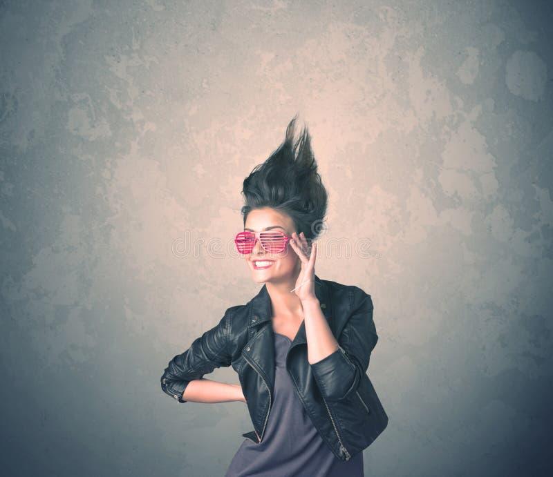 Extremes Porträt der jungen Frau der Frisur lizenzfreies stockbild