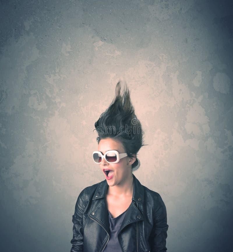 Extremes Porträt der jungen Frau der Frisur stockfoto