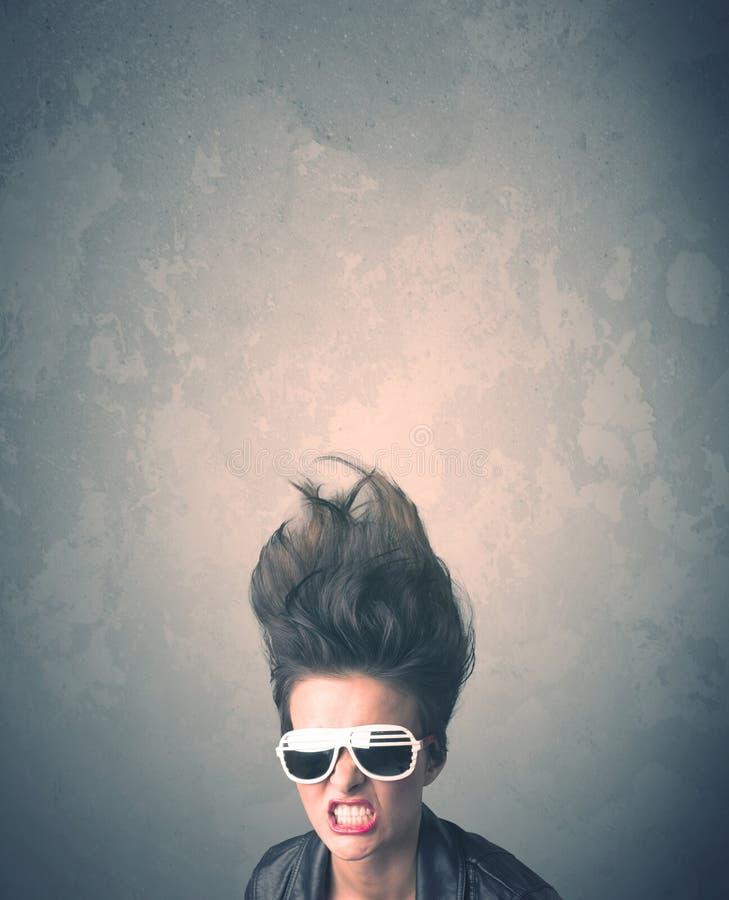 Extremes Porträt der jungen Frau der Frisur lizenzfreie stockfotos