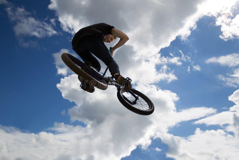Extremes Radfahren Riskanter Sport, der gegen den Himmel radfährt Ein Jugendlicher auf einem extremen Fahrrad lizenzfreie stockfotografie
