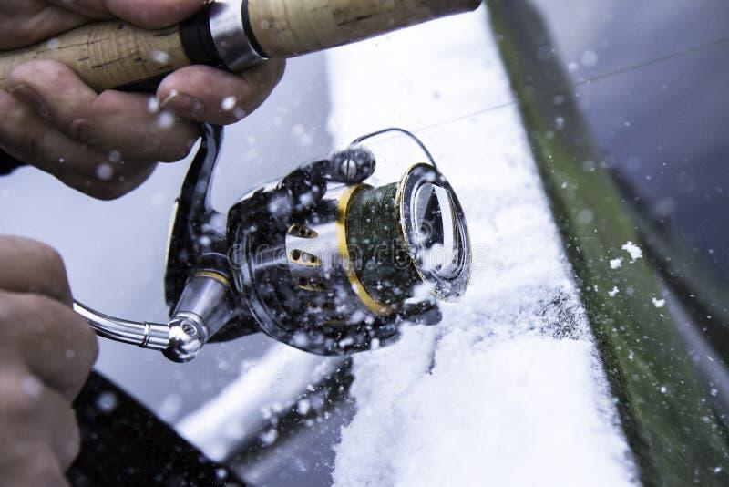 Extremes Winterfischen stockfotografie
