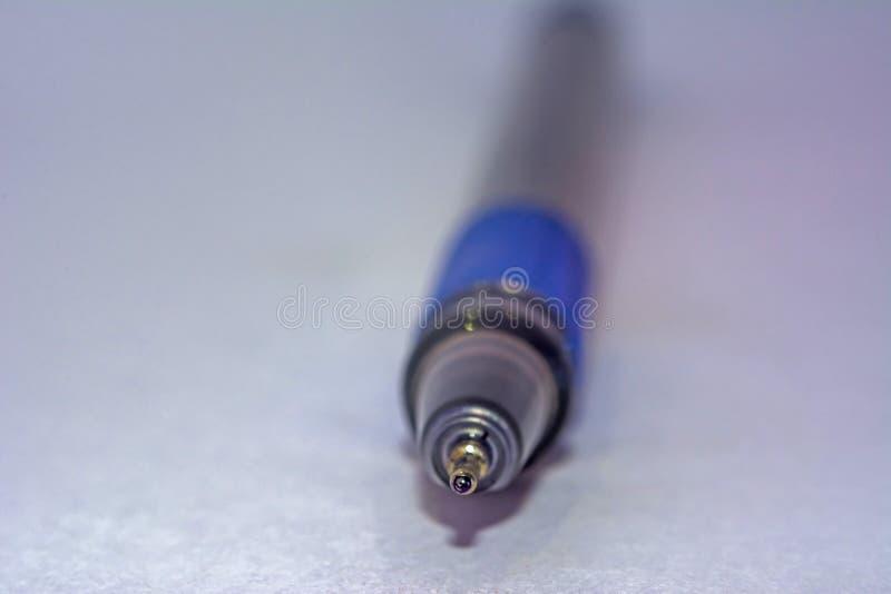 Extremidad de un bolígrafo azul fotografía de archivo libre de regalías