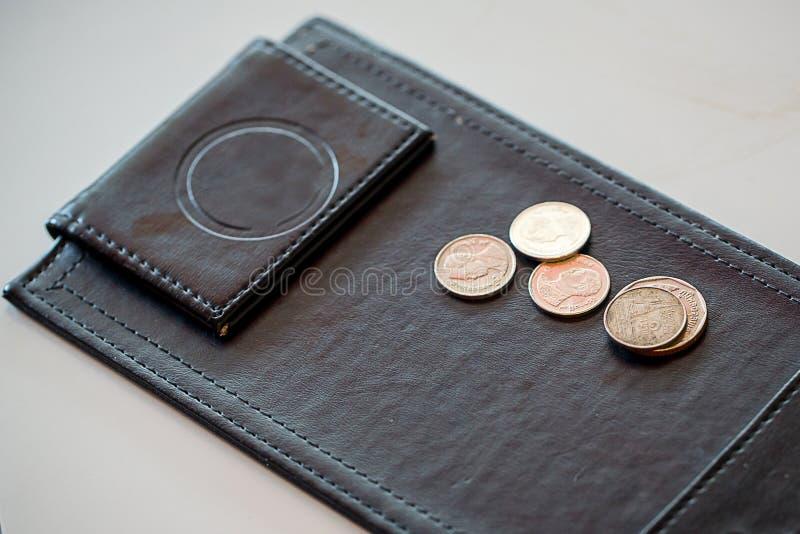 Extremidad del dinero, moneda en la bandeja del cuero del negro del pago imágenes de archivo libres de regalías