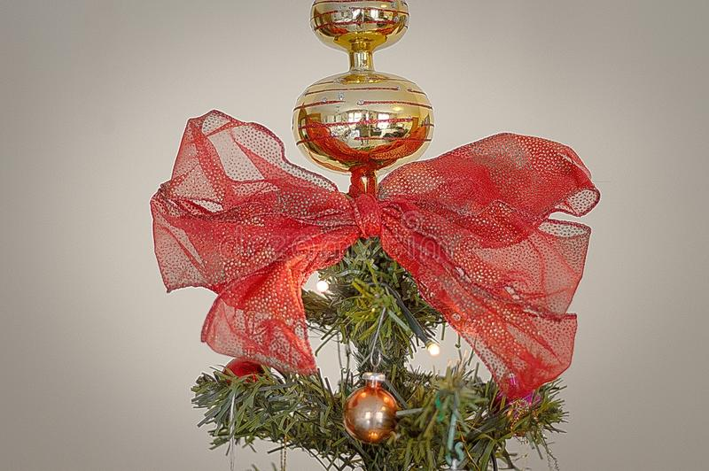 Extremidad y arco del árbol de navidad fotografía de archivo