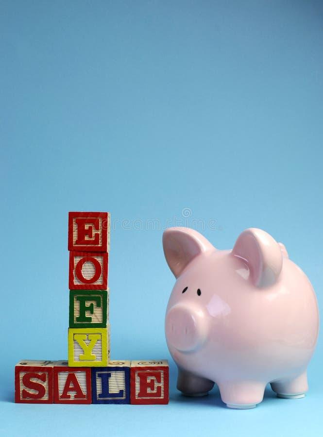 Extremidade da mensagem da venda do exercício orçamental nos blocos de apartamentos com mealheiro - vertical com espaço da cópia. fotografia de stock