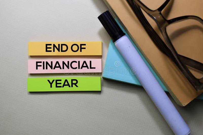Extremidade do texto do exercício orçamental nas notas pegajosas isoladas na mesa de escritório foto de stock royalty free