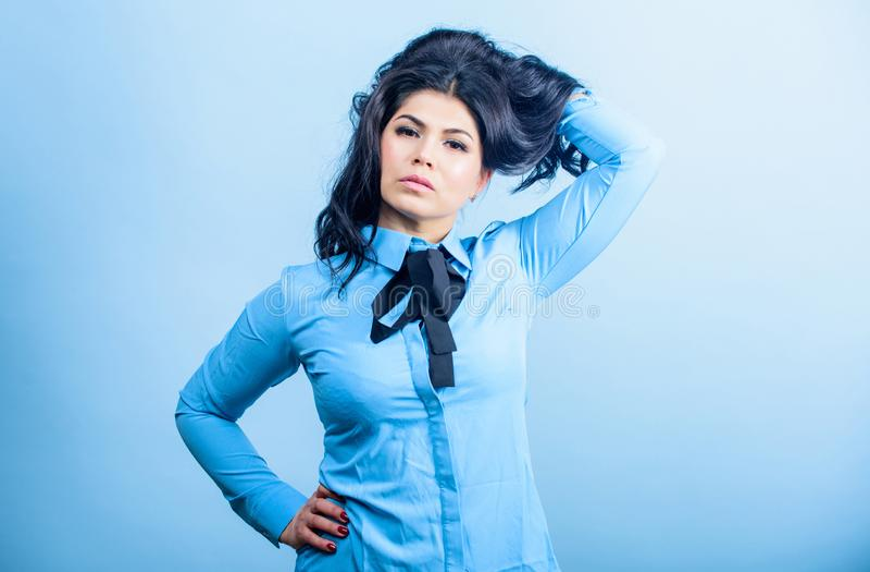 Extremidades del peluquero Pelo te?ido cuidado profesional Brillo y manejabilidad que animan Cuidado del cabello moreno Brillo má fotografía de archivo