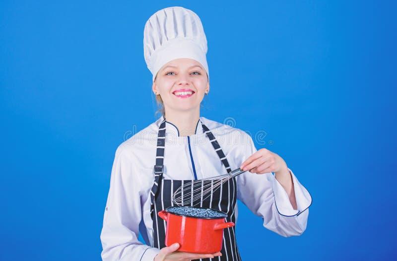 Extremidades y trucos de la nata montada Batidor y pote profesionales del control del cocinero de la mujer El azotar como favorab imagenes de archivo