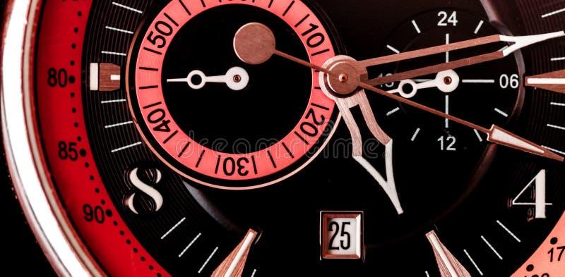 Extremo cercano para arriba de fondo mecánico de la cara del reloj con rojo y rosado negros fotografía de archivo