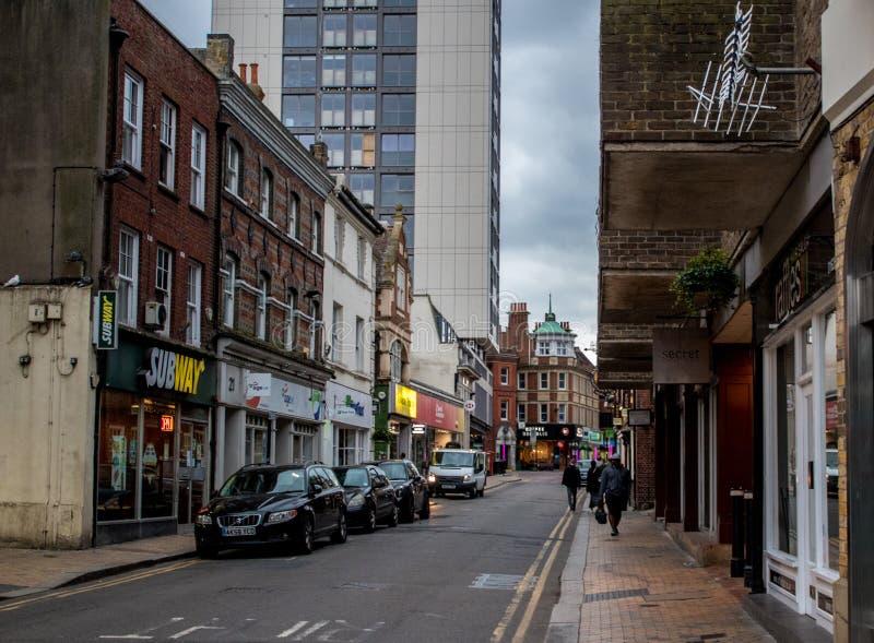 Extremo de la calle principal en la virginidad, Berkshire, Inglaterra, Reino Unido imágenes de archivo libres de regalías