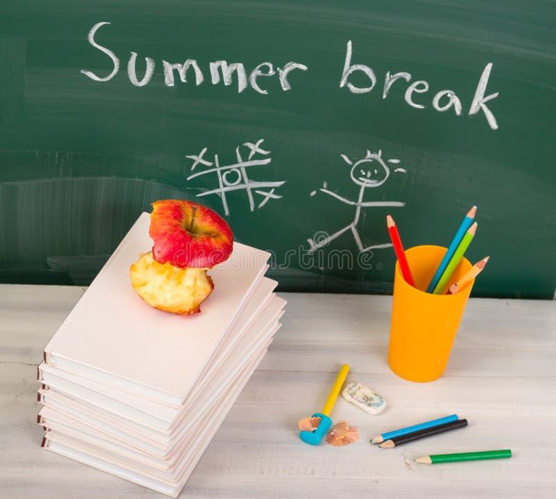 Extremo de la escuela. Tiempo de las vacaciones de verano foto de archivo