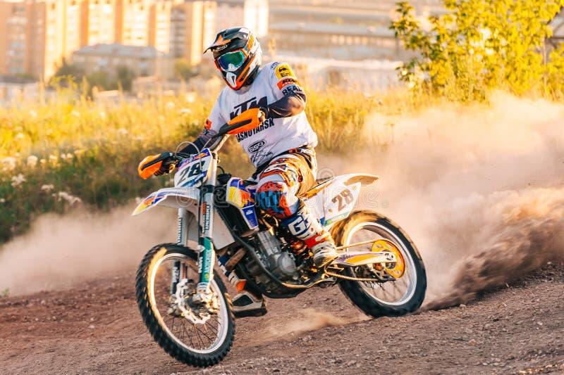 Extremo de la foto del deporte del motocrós, campeonato de la suciedad, jinete foto de archivo libre de regalías