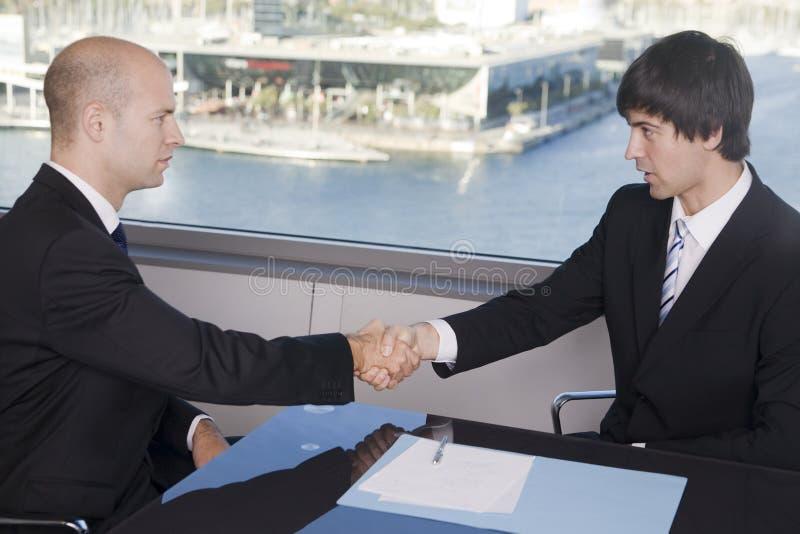 Extremo de los hombres de negocios de una entrevista de trabajo dos foto de archivo