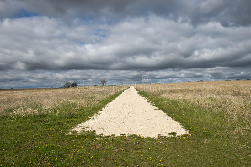Extremo del camino o concepto de Abtract del comienzo con el cielo, nubes fotos de archivo libres de regalías