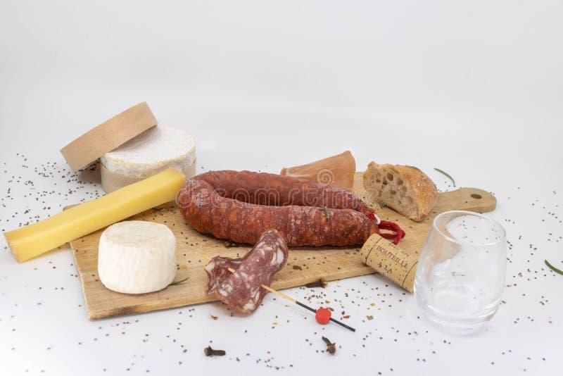 Extremo del disco de la cosecha de carnes frías y de quesos franceses imagen de archivo libre de regalías