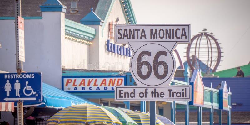 Extremo del rastro de Route 66 en Santa Monica Pier - LOS ANGELES, los E.E.U.U. - 29 DE MARZO DE 2019 imagen de archivo