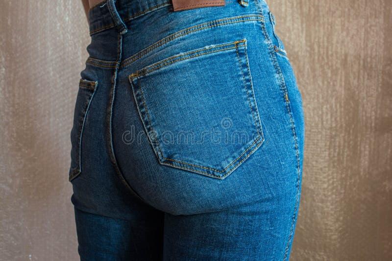 Extremo femenino delgado apto en tejanos Nalgas de la mujer en dril de algodón imágenes de archivo libres de regalías