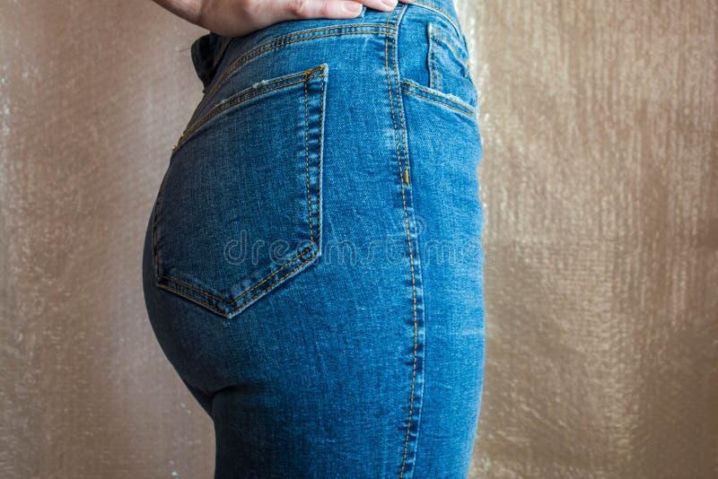 Extremo femenino delgado apto en tejanos Nalgas de la mujer en dril de algodón imagen de archivo