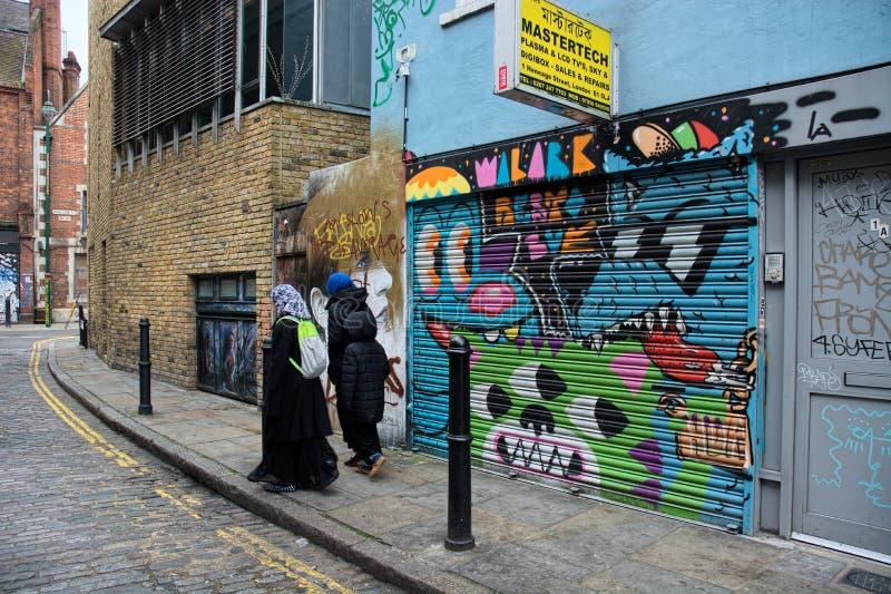 Extremo Oriental, Londres, arte da rua e mulheres muçulmanas fotos de stock