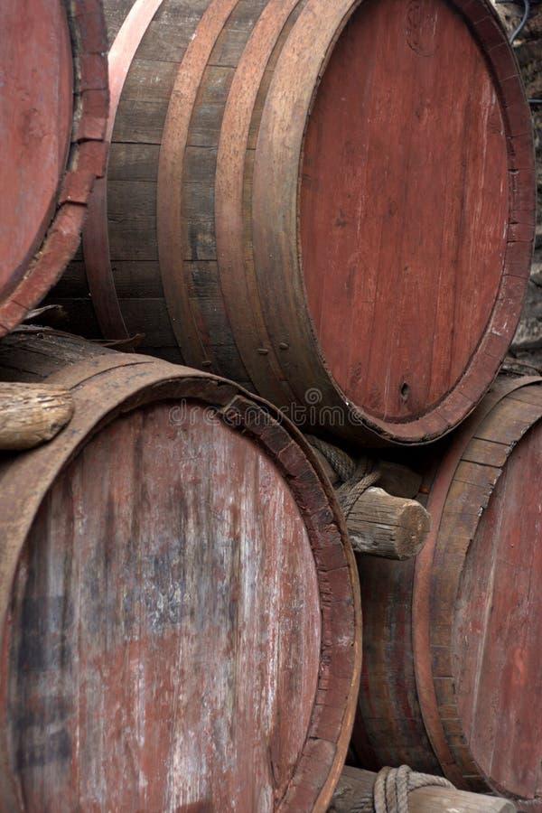 Extremos de los barriles de vino de madera viejos foto de archivo