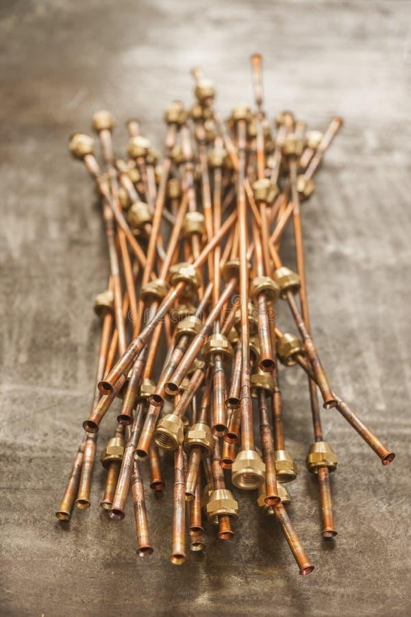 Extremos de los tubos de cobre para sondear con las diversas colocaciones foto de archivo libre de regalías