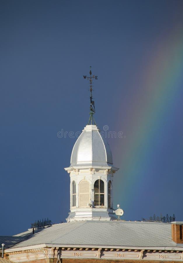 Extremos del arco iris en la cúpula del tribunal imagenes de archivo