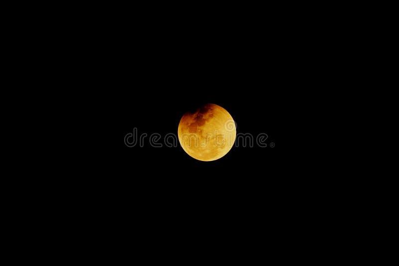 Extremos del eclipse de Penumbral de la luna en el fondo oscuro de la noche imagen de archivo