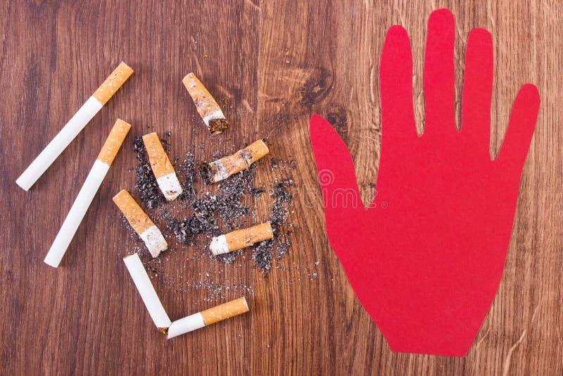 Extremos y ceniza de cigarrillo con hecho a mano del papel rojo fotografía de archivo libre de regalías
