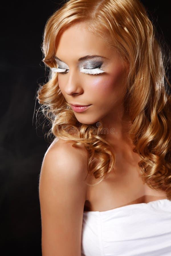 extremt barn för makeupståendekvinna arkivbild