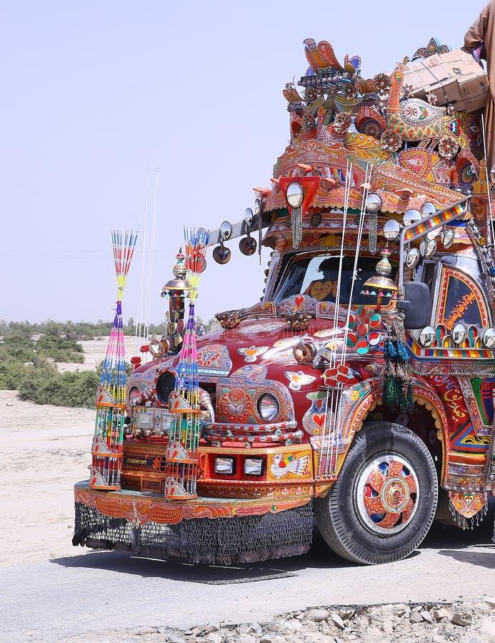 Extremt detaljerad och färgglad lastbilkonst på en buss arkivfoto