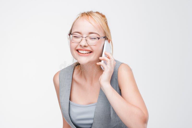 Extremt lyckligt och glat blondin samtal på telefonen royaltyfri bild
