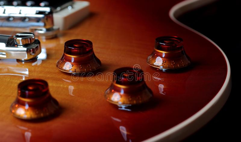 Extremt nära övre foto av volym och Tone Controls av den elektriska gitarren royaltyfri fotografi