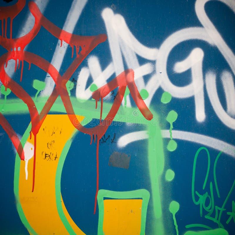 Extremt slut upp av grafitti på betongväggen arkivbilder