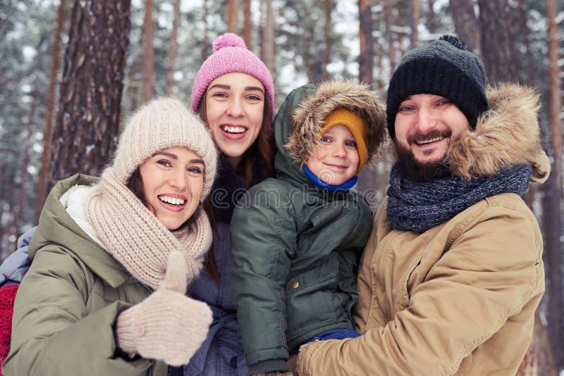 Extremt tillfredsställd familj som har gyckel, medan spendera tid i royaltyfri bild